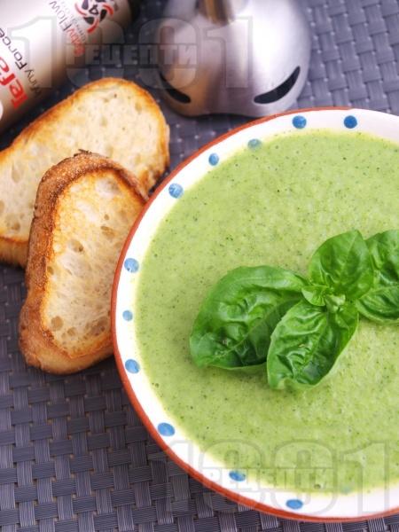Лесна лрем супа от броколи с босилек и сирене моцарела - снимка на рецептата